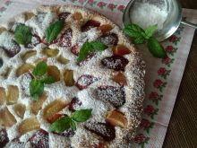 Ucierane ciasto z rabarbarem i truskawkami