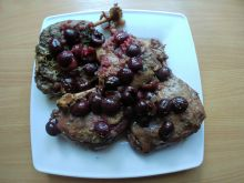 Udka kacze w czereśniach z sosem rabarbarowym