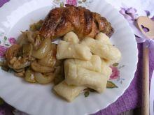 Udka pieczone w cebuli i porach podane z kopytkami