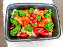 Udka pieczone z cukinią, papryką i pomidorami