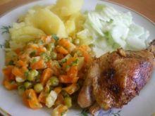Udka z mizerią, warzywami i ziemniakami