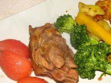 Udziec z indyka ze świeżymi warzywami