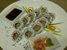 Uromaki sushi z łososiem, ogórkiem i papryką
