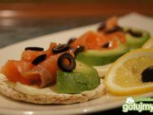 Wafle z łososiem i avocado