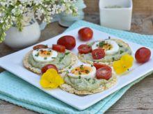 Wafle z pastą z awokado i jajkiem