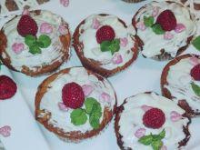 Walentynkowe muffinki z malinami i białą czekoladą
