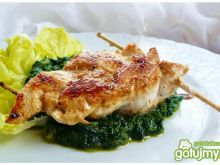 Warkocz z kurczaka na smażonym szpinaku
