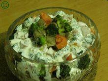 Warstwowa sałatka z brokułem.