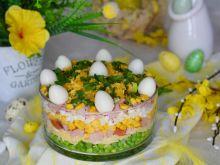 Warstwowa sałatka z rzodkiewką, szynką i jajkami