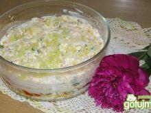 Warstwowa sałatka z szynka i porą
