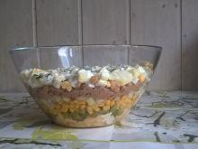 Warstwowa sałatka z tuńczykiem i ciecierzycą