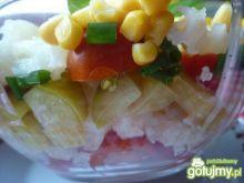 Warstwowa sałatka z warzyw.