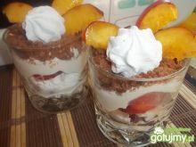 Warstwowy deser z owocami