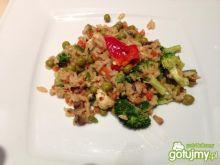 Warzywa smażone z ryżem po azjatycku.