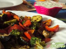 Warzywa z patelni grillowej z sosem