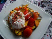 Warzywa z suszonymi morelami i jajkiem