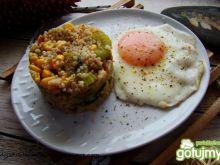Warzywna kasza z jajem sadzonym