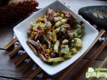 Warzywna sałatka z mięsem indyka