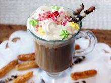 Wegańska kawa orzechowa z kokosową bitą śmietaną