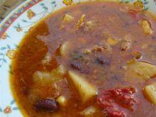 Węgierski gulasz z kociołka z fasolą