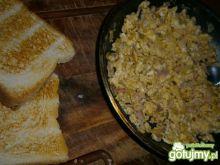 Wiejska jajecznica ze złotym tostem