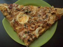 Wiejska pizza z jajkiem i kielbasą