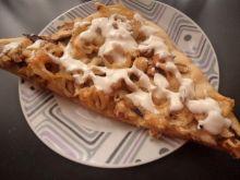Wiejska pizza z sosem czosnkowym