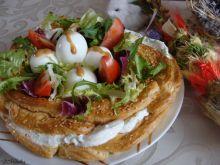 Wielkanocny wieniec z jajkami i sałatką