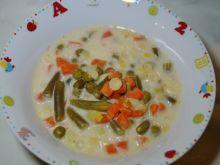 Wielowarzywna zupa z serkiem i makaronem