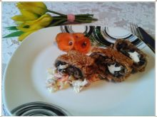Wieprzowa roladka z pieczarkami, orzechami i fetą