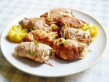 Wieprzowe roladki z ogórkiem, cebulą i marchewką