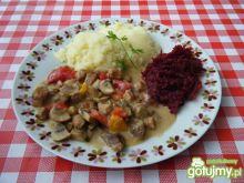 Wieprzowy gulasz z papryką i pieczarkami