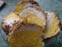 Wilgotne ciasto z bitą śmietaną