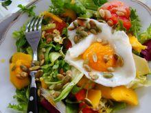 Wiosenna sałata z mango i sadzonym jajkiem
