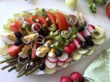 Wiosenna sałatka na półmisku
