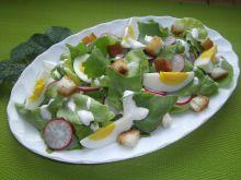 Wiosenna sałatka z jajkiem i grzankami
