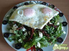 Wiosenna sałatka z jajkiem sadzonym