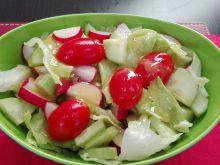 Wiosenna sałatka z rzodkiewką w sosie musztardowym