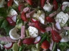 Wiosenna sałatka z truskawką, szynką i mozzarellą