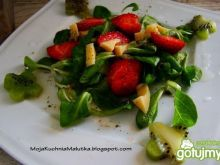 Wiosenna sałatka z truskawkami