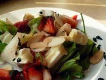 Wiosenna sałatka z truskawkami i serem camembert