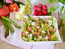 Wiosenna sałatka ze szparagami i sosem winegret
