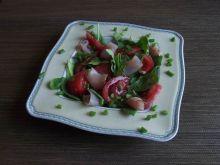 Wiosenna sałatka ze szpinakiem i polędwicą