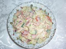 Wiosenna surówka z sałatą lodową i koprem