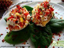 Wiosenne jajka  na liściach szpinaku