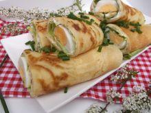 Wiosenne naleśniki z sałatą, twarożkiem i jajkiem