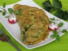 Wiosenny omlet z pokrzywami i szczypiorkiem