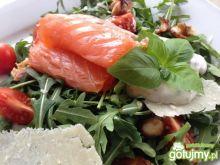 Włoska sałatka z łososiem i parmezanem.