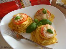 Włoskie gniazda z mozarellą i pomidorem