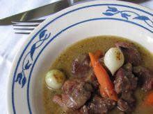 Wołowina korzenna i maślane cebulki